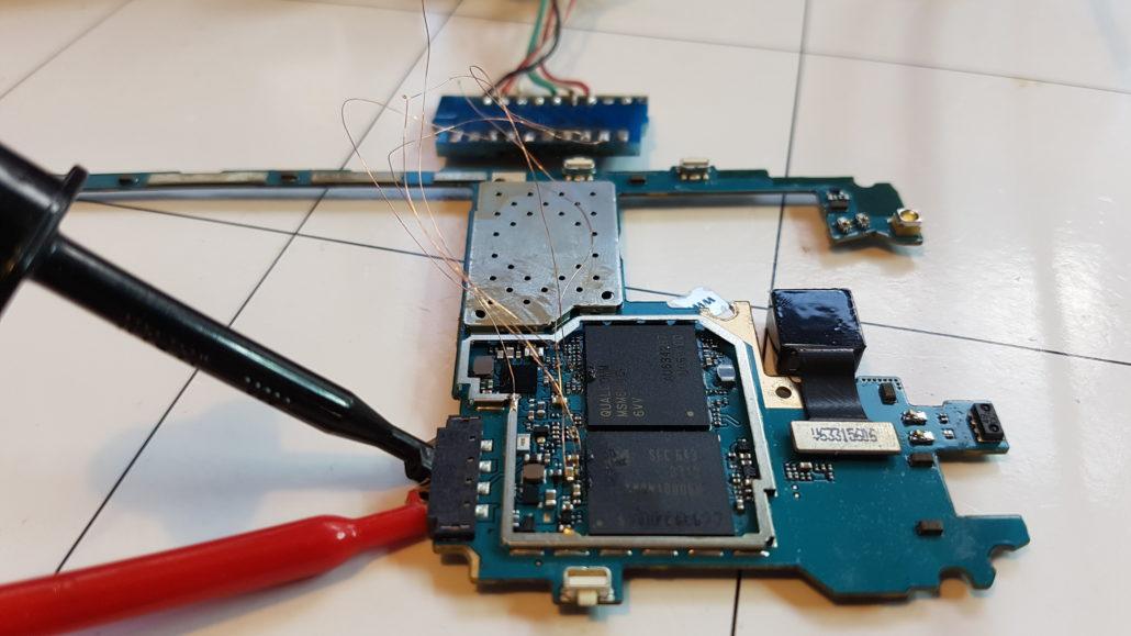 Jak odzyskać dane z zepsutego telefonu - Połączenie z płytą główną